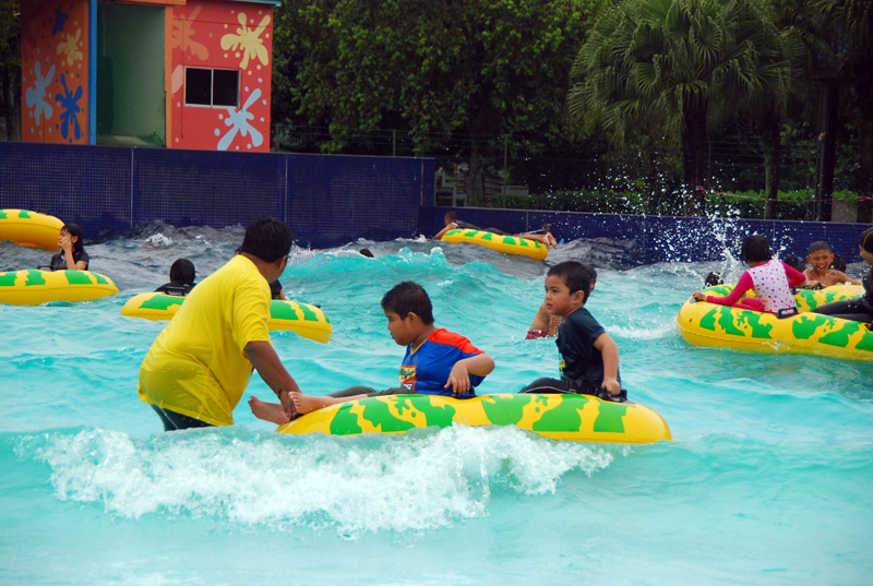 Wave pool water park